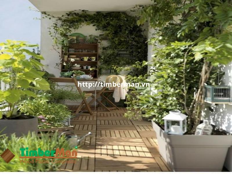 Ban công xanh mát với sàn gỗ và cây xanh