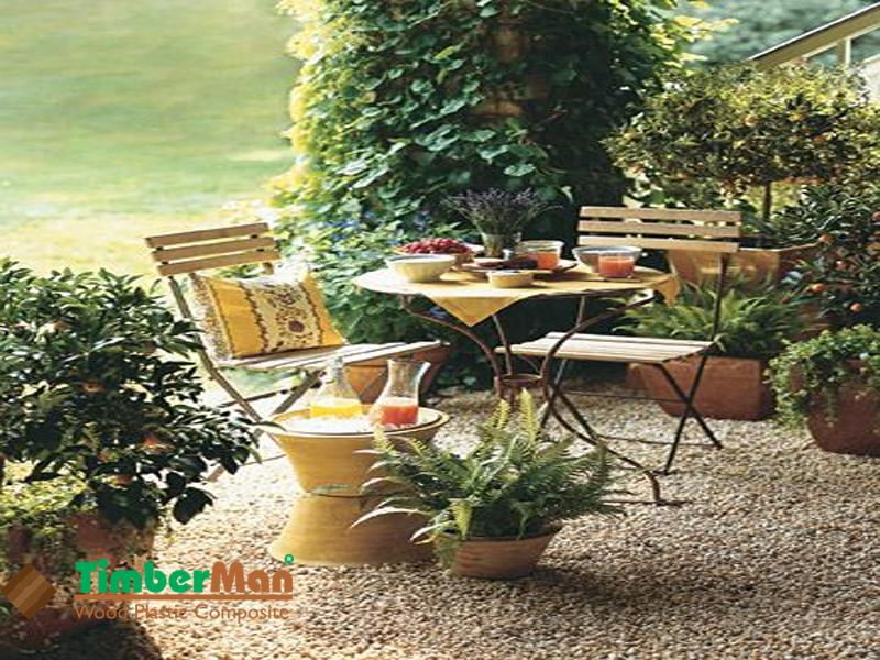 Bàn ghế gỗ nhựa ngoài trời mang đến không gian lãng mạn và gần gũi với thiên nhiên