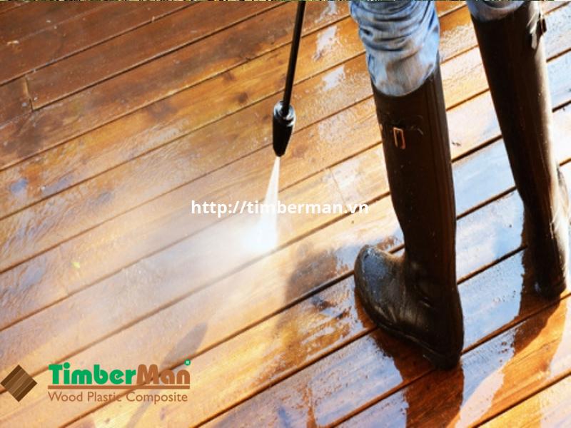 Sử dụng vòi xịt cao áp để làm sạch bụi bẩn ở khe của tấm gỗ
